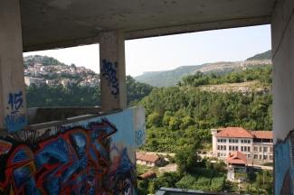 4ème jour: départ en bus pour Veliko Tarnovo, ville dans les montagnes. Chaleur étouffante. Je découvre avec joie cette petite ville, pourtant l'une des grandes villes du pays, au soleil de fin d'après-midi.